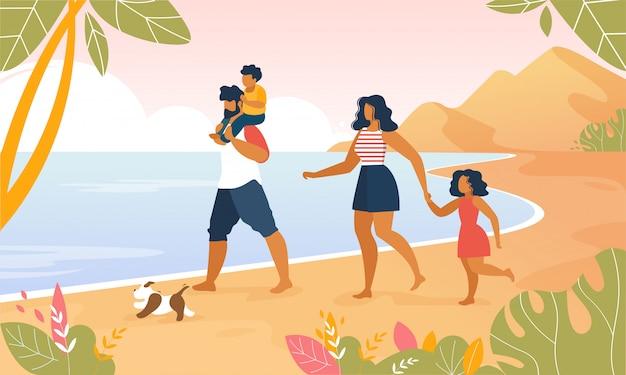 Glückliche familie, die draußen entlang ozean-strand geht