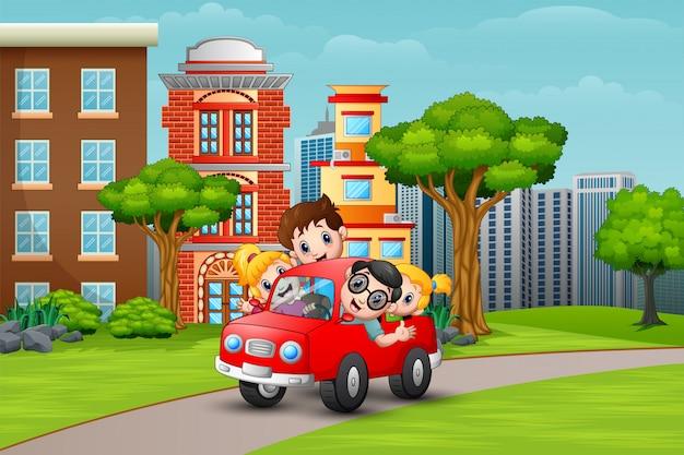 Glückliche familie, die ein auto in der straße zum cityside fährt