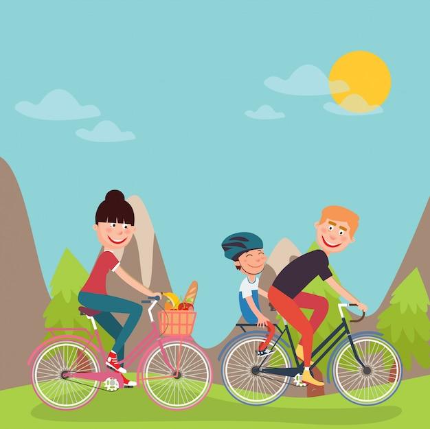 Glückliche familie, die fahrräder in tho bergen reitet. frau auf dem fahrrad. vater und sohn.