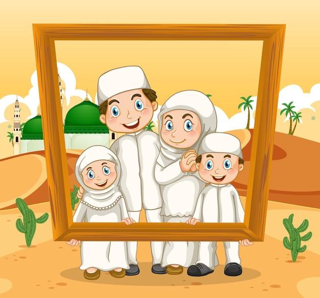 Glückliche familie, die fotorahmen mit moschee auf dem hält