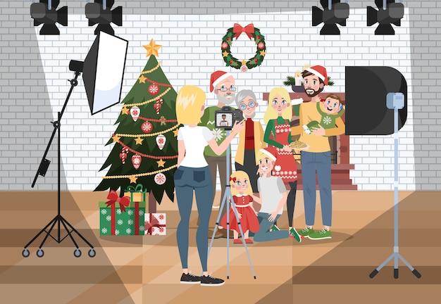 Glückliche familie, die fotoshooting auf dem weihnachtshintergrund macht