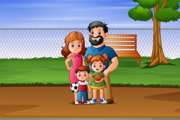 Glückliche familie, die im park spielt
