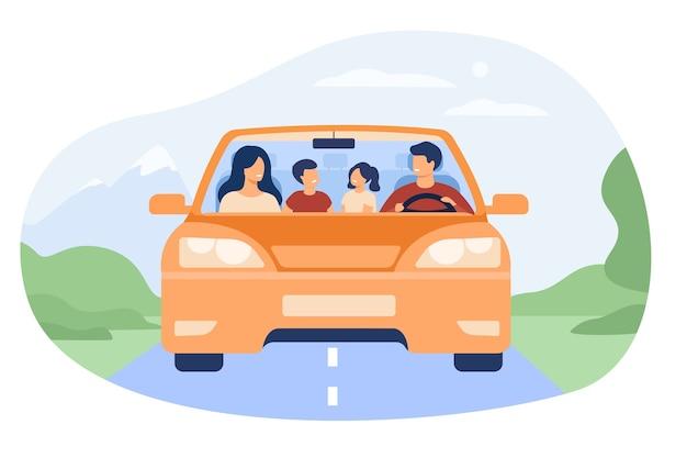 Glückliche familie, die in der isolierten flachen vektorillustration des automobils reist. vorderansicht des karikaturvaters, der mutter, des sohnes und der tochter im auto.