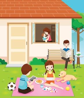 Glückliche familie, die mit aktivitäten an ihrem haus entspannt