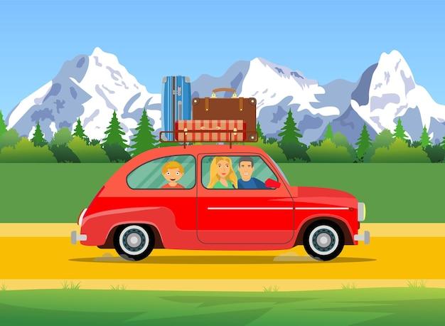 Glückliche familie, die mit dem auto mit gepäcktaschen auf dem dach reist.