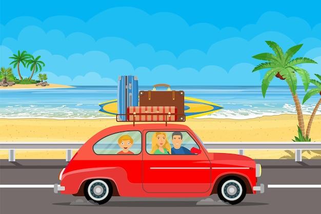 Glückliche familie, die mit dem auto mit gepäcktaschen auf dem dach und mit surfbrett an einem strand mit palmen reist.