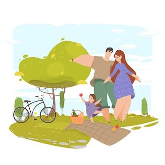 Glückliche familie, die mit lächeln auf park-natur gestikuliert