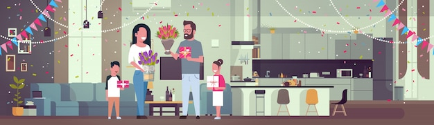 Glückliche familie, die mutter mit frauen-tag am 8. märz mit geschenken und blumen im wohnzimmer horizontal beglückwünscht
