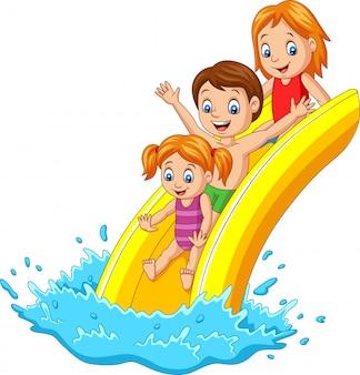Glückliche familie, die wasserrutsche spielt
