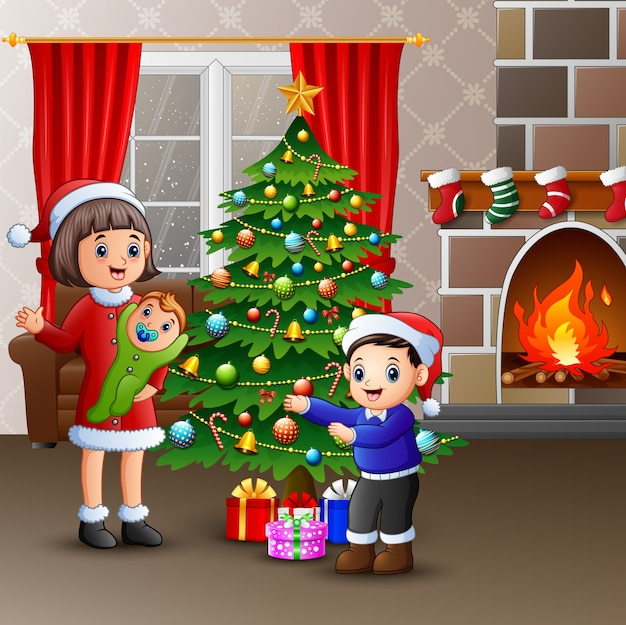 Glückliche familie, die weihnachten am haus feiert