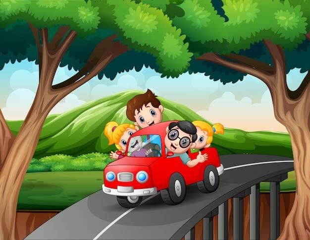 Glückliche familie fährt im urlaub auto