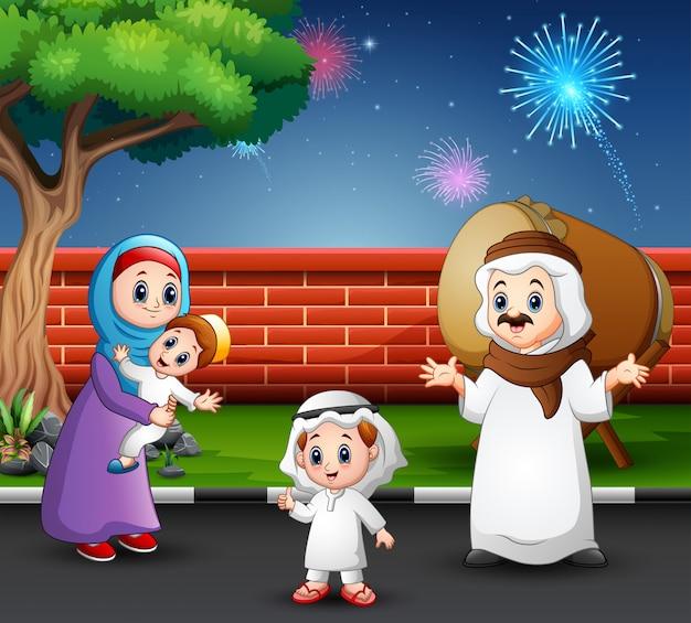 Glückliche familie feiern für eid mubarak im park