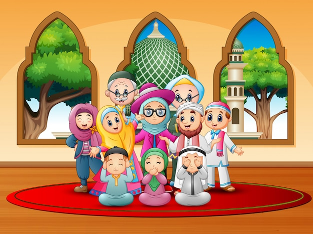Glückliche familie feiern für eid mubarak in der moschee
