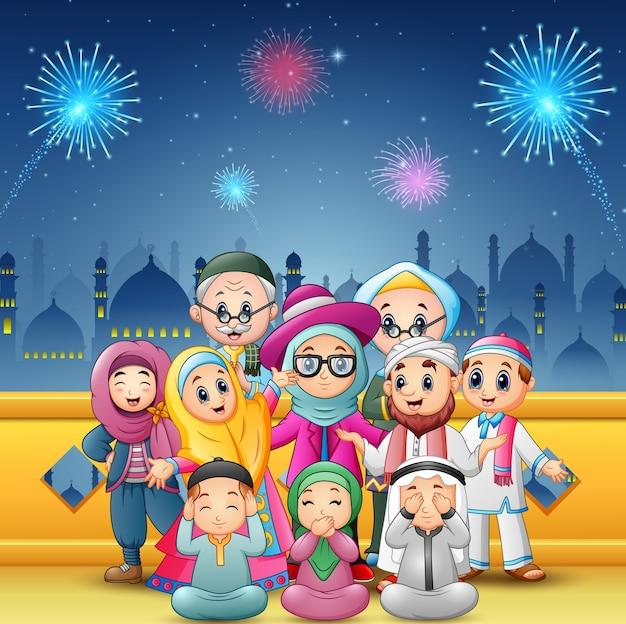 Glückliche familie feiern für eid mubarak
