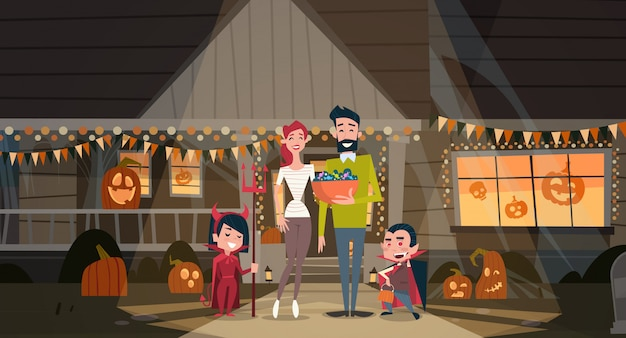 Glückliche familie feiern halloween-eltern und kinderabnutzungs-vampirs-kostüm-dekorations-horror-partei-konzept