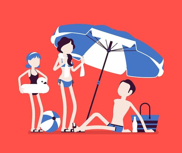 Glückliche familie genießt ruhe am strand. eltern, tochter, vater liegen in der sonne am sandufer unter gestreiftem regenschirm, entspannen sich beim sonnenbaden, touristen im warmen land.
