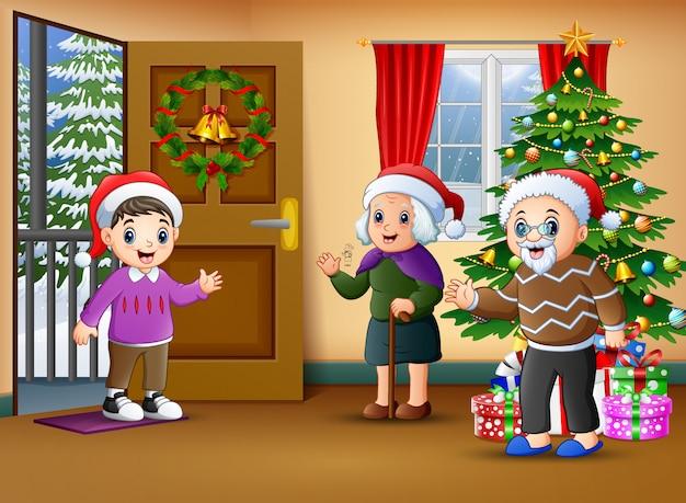 Glückliche familie im wohnzimmer mit weihnachtsbaum