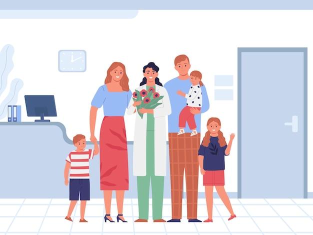 Glückliche familie mit drei kindern und kinderärztin, die einen blumenstrauß in der nähe des arztes hält