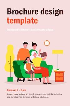 Glückliche familie mit tablet für videoanruf. eltern, kind, flache illustration der großeltern. kommunikations-, liebes-, zusammengehörigkeitskonzept