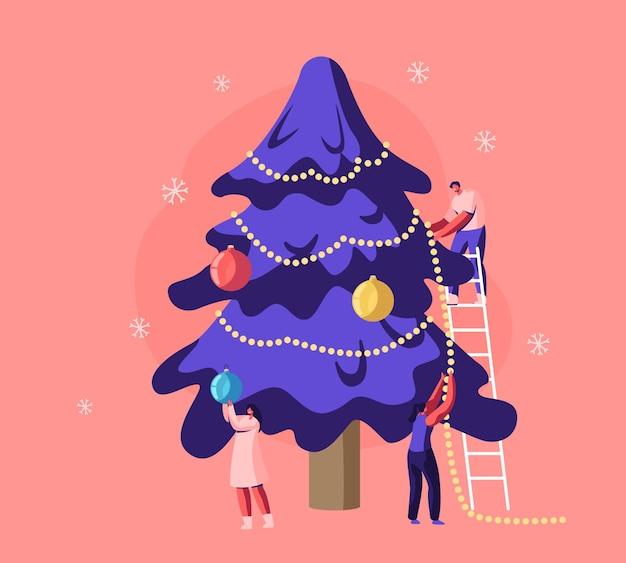Glückliche familie oder freunde, die weihnachtsbaum mit girlanden und kugeln verzieren, die auf leiter stehen. karikatur flache illustration