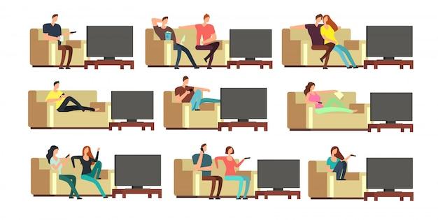 Glückliche familie zu hause, die fernsieht. junge paare, die auf bequemem couchvektorsatz stillstehen