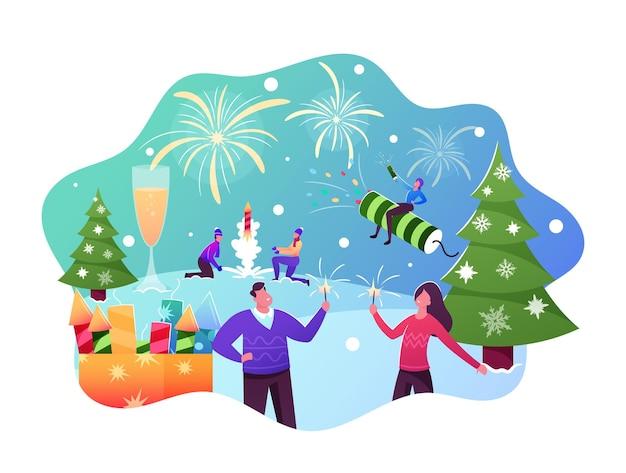 Glückliche familienfiguren, die feuerwerk im freien für weihnachten oder neujahrsfeier genießen, junge männer starten petard, mädchen mit männlichem freund, der wunderkerzen hält. cartoon-menschen-vektor-illustration