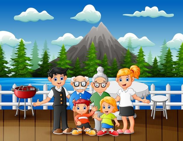 Glückliche familienmitglieder im restaurant im freien