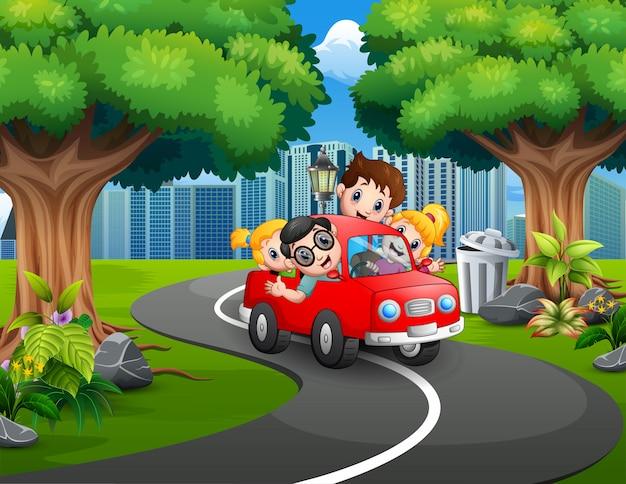 Glückliche familienreitautos im stadtpark