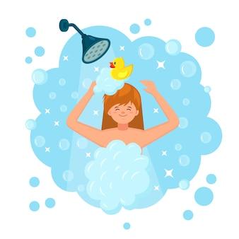 Glückliche frau, die dusche im badezimmer mit gummiente nimmt. kopf, haare, körper mit shampoo, seife waschen