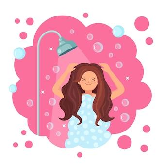 Glückliche frau, die dusche im badezimmer nimmt. waschen sie kopf, haare, körper und haut mit shampoo, seife, schwamm und wasser. hygiene, alltag, entspannung.