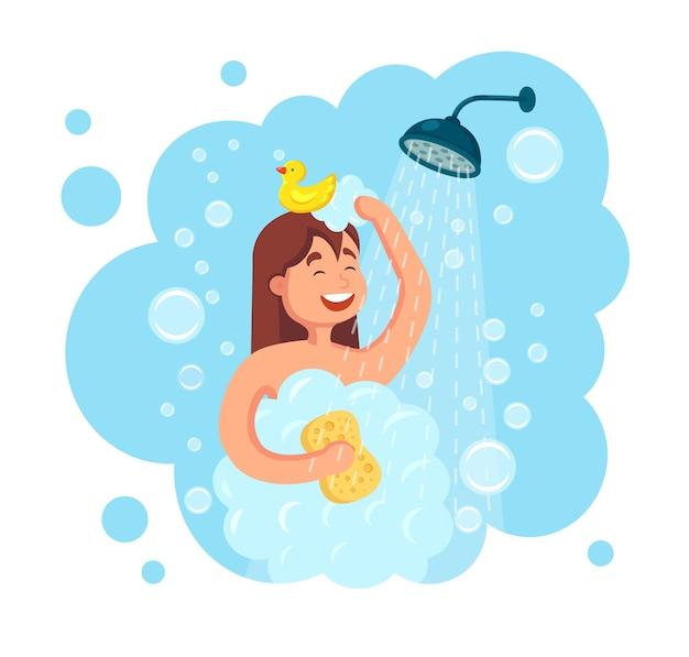 Glückliche frau, die dusche mit gummiente im badezimmer nimmt. waschen sie kopf, haare, körper und haut mit shampoo, seife und schwamm. hygiene, alltag.