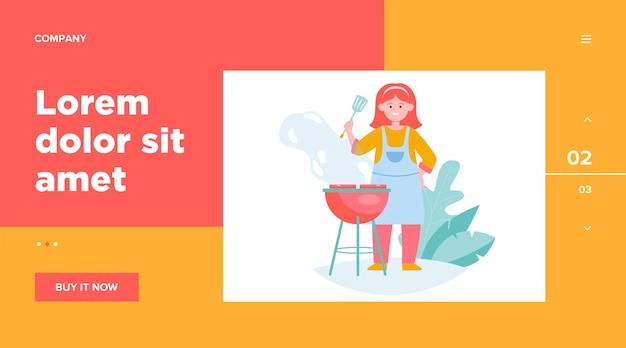 Glückliche frau, die grillfleisch grillt. köchin in der schürze, die spatel hält, kocht in gartenwebschablone