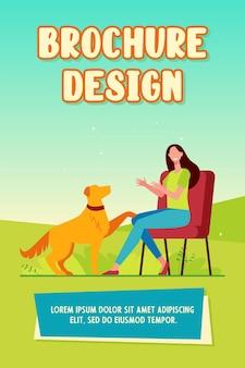 Glückliche frau, die hund trainiert und auf stuhlbroschürenschablone sitzt