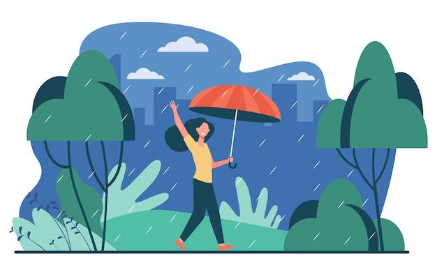 Glückliche frau, die im regnerischen tag mit der isolierten flachen vektorillustration des regenschirms geht. weibliche karikaturfigur, die draußen und herbstregen ist. landschafts- und wetterkonzept