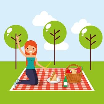 Glückliche frau, die picknick im park hat