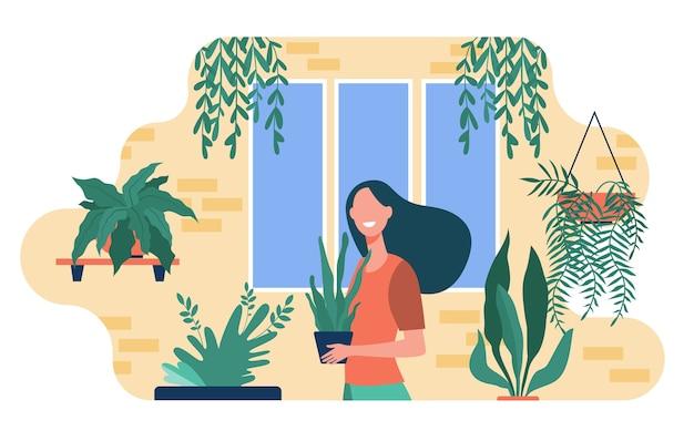Glückliche frau, die zimmerpflanzen wächst. weibliche figur, die im gemütlichen hausgarten steht und topf mit pflanze hält. vektorillustration für grün, gartenhobby, wohnkultur, botanik