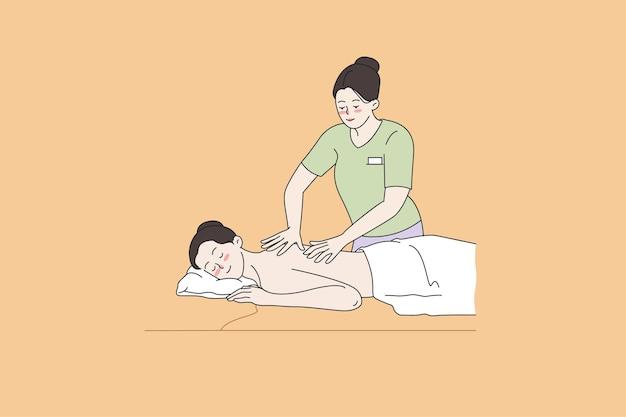 Glückliche frau massiert im modernen luxus-spa-salon