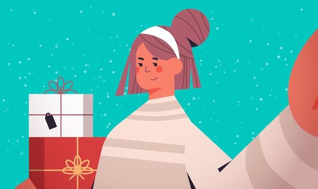 Glückliche frau mit geschenken, die kamera halten und selfie-neujahrsweihnachtsfeiertagsfeierkonzept horizontale porträtvektorillustration nehmen