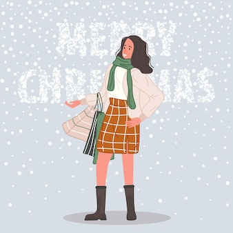 Glückliche frau mit weihnachtsgeschenken und paketen frau trägt in weihnachtsmütze auf schnee hintergrund