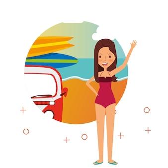 Glückliche frau sommerferien van surfen bretter strand
