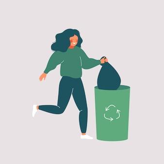 Glückliche frau wirft abfall in grünen abfalleimer mit der wiederverwertung des symbols weg.