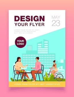 Glückliche frauen, die im straßencafé und im radfahrer sitzen, reiten nahe ihnen fliegerschablone