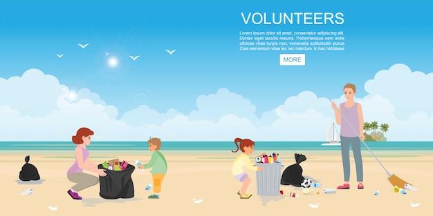 Glückliche freiwillige familie, die müll am strand sammelt.