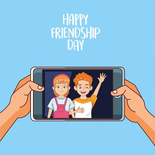 Glückliche freundschaftstagfeier mit kinderpaar im smartphone