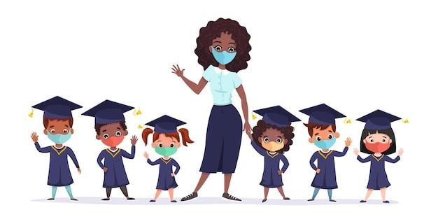 Glückliche graduierte kinder, die medizinische masken akademische kleider und mützen tragen. multikulturelle kinder mit afroamerikanischem lehrer, der zusammen kindergartenabschluss feiert