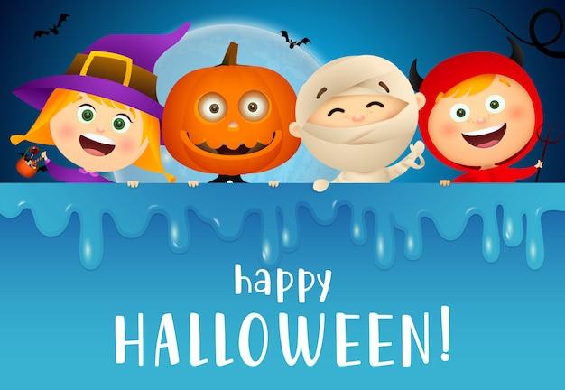 Glückliche halloween-beschriftung mit lächelnden kindern in den monsterkostümen