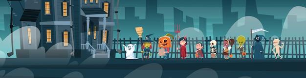 Glückliche halloween-fahne mit den netten karikatur-monstern, die zum dunklen schloss mit geistern gehen