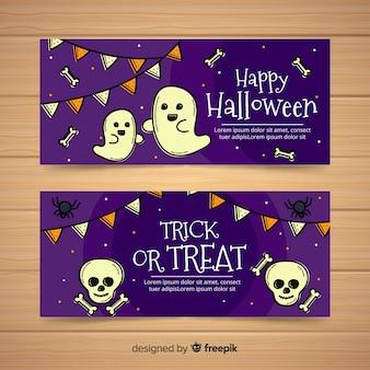 Glückliche halloween-fahnensammlung mit gespenstern der geister und der schädel in der hand