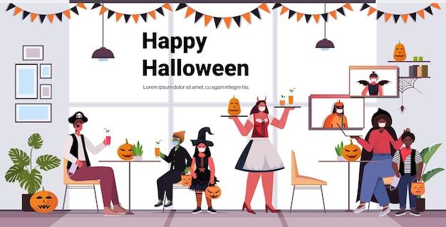 Glückliche halloween-feiertagsfeier-konzeptkellnerin im kostüm, das cocktails an kunden in masken coronavirus quarantäne modernen café interieur serviert