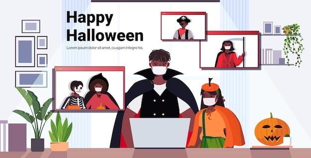 Glückliche halloween-feiertagsfeierkonzeptleute in kostümen, die mit freunden während des videoanrufs diskutieren
